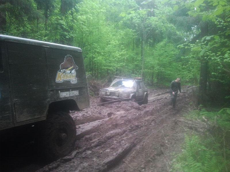 """ГАЗ-66 пробирается через лес, с машиной на """"галстуке"""""""