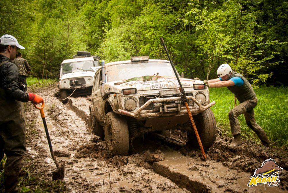 Опытный экипаж, работает лопатой и хай-джеком, несмотря на то, что на машине стоит лебедка...